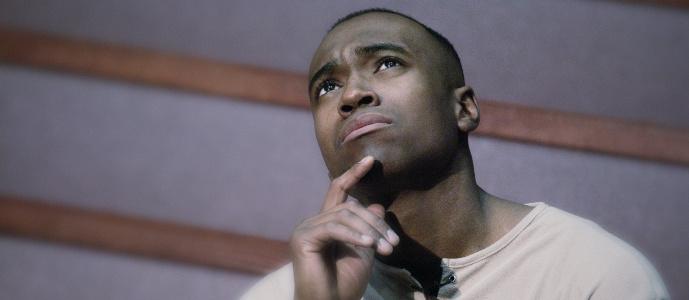 Hombre Reflexiona Sobre Por Qué los Laicos se están Saliendo de la Iglesia